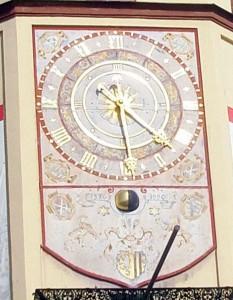 Zweifarbige Kugel am Alten Rathaus in Leipzig, die in 28 Tagen den Lauf des Mondes imitiert