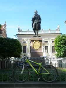 Modernes, grünes Fahrrad ist vor der Goethe-Statue abgestellt.