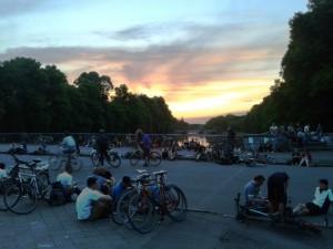 Sachsenbrücke im Carla-Zetkin Park in Leipzig mit vielen Fahrrädern und Menschen im Abendlicht