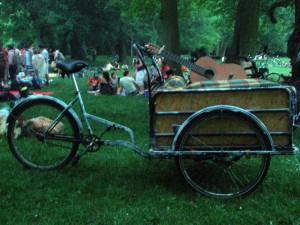 Wiese im Carla-Zetkin-Park mit Bollerwagen, gefüllt mit Getränken und Gitarre