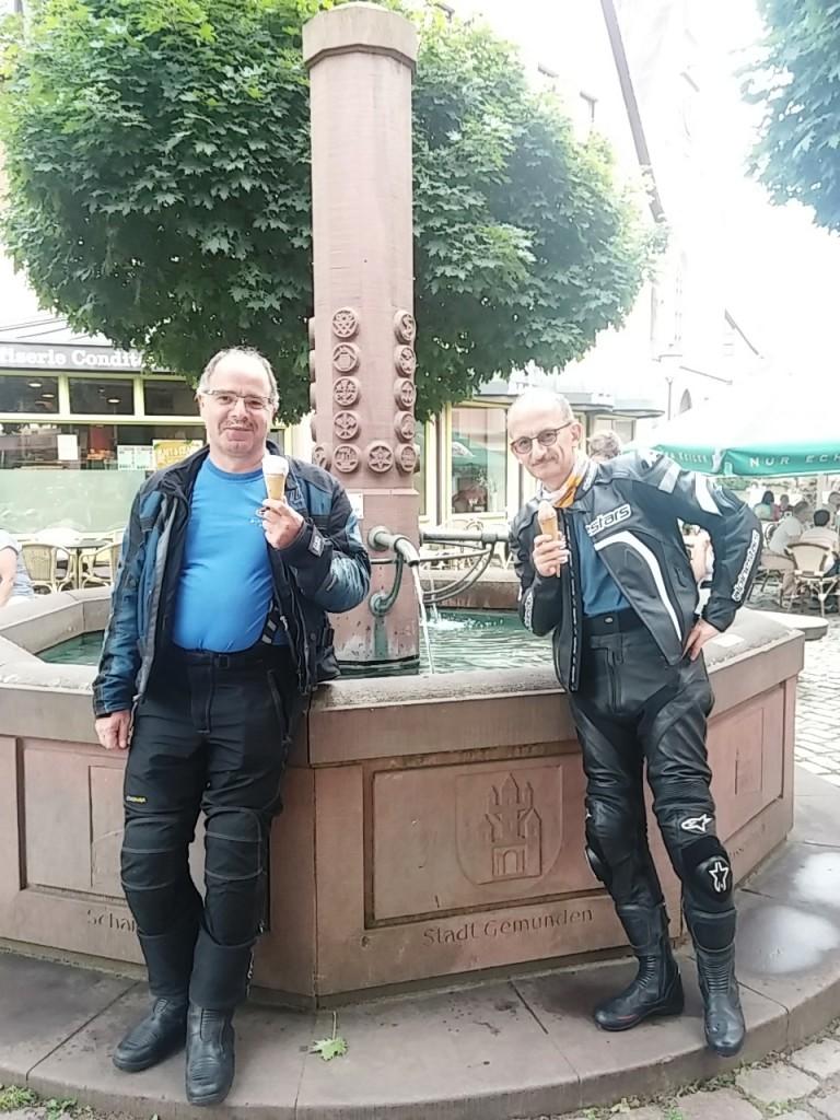 Biker vor dem Brunnen am Rathausplatz