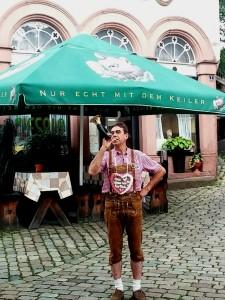 Mitglied eines Keiler-Clubs posiert vor dem omnipräsenten Symbol für das Kultbier aus dem Spessart.
