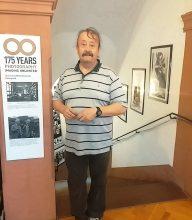 Jürgen Sommerer, 1. Vorsitzender des Vereins, zeigt stolz seine Ausstellung