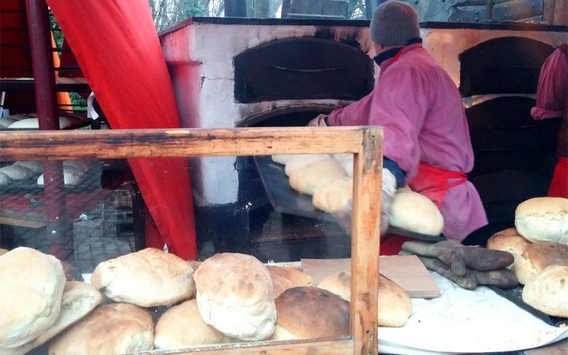Frisch gebackenes Brot_©RosiKmitta