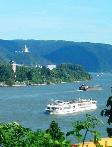 Schifffahrt-auf-dem-Rhein_©RosiKmitta