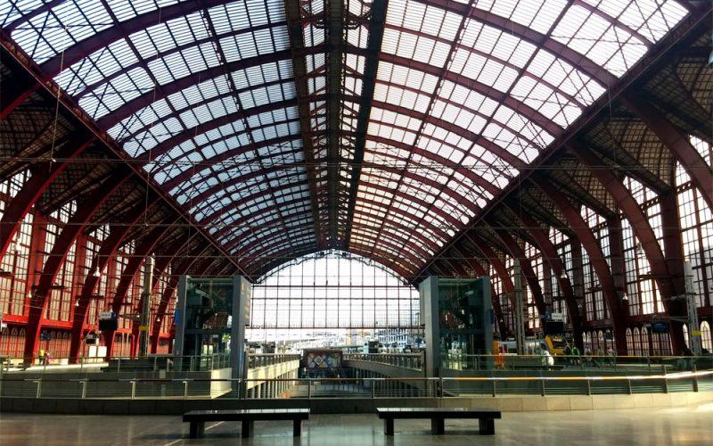 Bahnsteighalle-des-Bahnhof-Centraal-in-Antwerpen©RosiKmitta