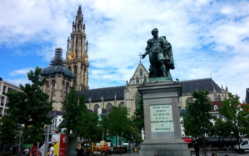 Liebfrauenkirche-und-Rubens-Statue©RosiKmitta