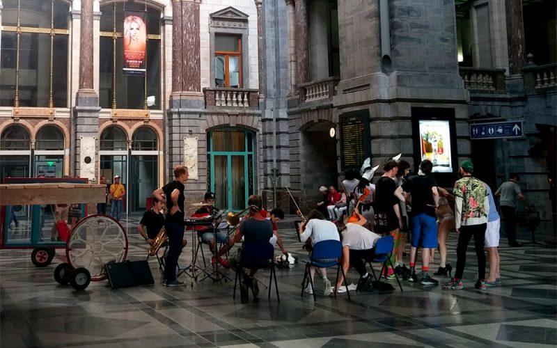 Schauspieler-im-Bahnhof-Centraal-in-Antwerpen©RosiKmitta