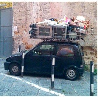 Ist das Kunst oder kann das weg? Verkehrstechnische Besonderheiten in Neapel (©RosiKmitta)